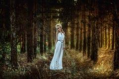 Porträtfrau im Wald Stockbild