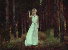 Porträtfrau im Wald Lizenzfreie Stockfotografie