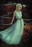 Porträtfrau im Wald Lizenzfreie Stockfotos