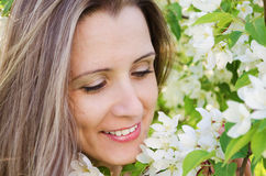 Porträtfrau mit Apfelbaumblumen Lizenzfreies Stockfoto