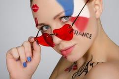 Porträtfrau mit Gläsern auf Thema von Frankreich Stockfoto