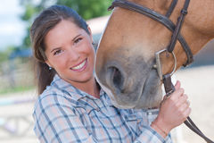 Porträtfrau mit Pferd stockbilder
