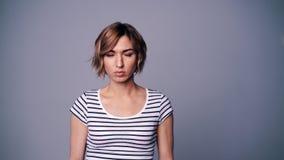 Porträtfrau mit zwei Gefühlen stock video