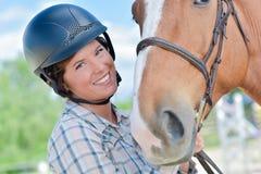 Porträtfrau nahe bei Pferd-` s Kopf stockbilder