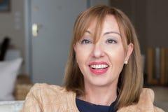 Porträtfrauenlächeln glücklich, surpriced Stockfoto