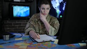 Porträtfrauensoldat mit Handy, Militärpersonal, stock video footage