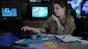 Porträtfrauensoldat spricht durch Handy, Cybersicherheit, stock video