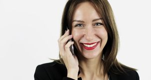 PorträtGeschäftsfrau in der schwarzen Jacke sprechend am Handy stock video footage