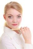 Porträtgeschäftsfrau mit Stift. Blondes Mädchen der eleganten Frau lokalisiert Stockfotografie