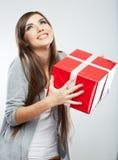 Porträtgriffgeschenk der jungen Frau in der Weihnachtsfarbart Stockfotos