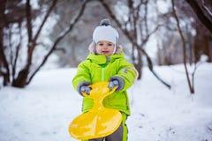 Porträtjunge mit dem Schieben in den Schnee, Winterzeit, Glückkonzept Lizenzfreie Stockbilder
