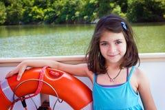 Porträtkind, glückliches Mädchen auf Boot Stockfotografie