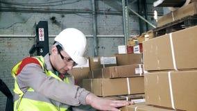 Porträtlagerarbeitskraft braucht einen Barcodescanner-Abschluss auf stock footage