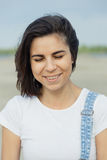 Porträtmädchen auf dem Strand Lizenzfreie Stockfotos