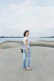 Porträtmädchen auf dem Strand Stockfotos