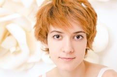 Porträtmädchen in den hellen Farben Stockfotografie