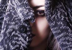 Porträtmädchen, Fehlschlag im Pelzmantel, braunes Auge Stockfotografie