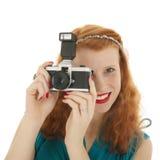 Porträtmädchen mit Fotokamera und dem roten Haar Lizenzfreies Stockbild