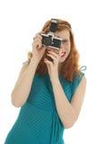 Porträtmädchen mit Fotokamera und dem roten Haar Lizenzfreie Stockfotografie