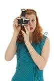 Porträtmädchen mit Fotokamera und dem roten Haar Stockbilder