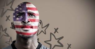 Porträtmalerei des Mannes mit Gesichtsfarbe der amerikanischen Flagge gegen braunen Hintergrund mit Hand gezeichnetem Stern patte Stockfoto