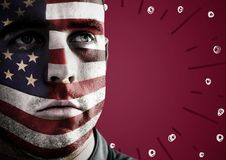 Porträtmalerei des Mannes mit Gesichtsfarbe der amerikanischen Flagge gegen kastanienbraunen Hintergrund mit Feuerwerken kritzelt Lizenzfreies Stockbild