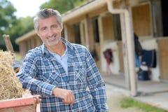 Porträtmann auf Ranch lizenzfreies stockfoto