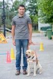 Porträtmann mit Blindenhund Lizenzfreies Stockbild