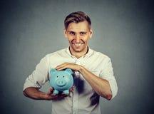Porträtmann mit Sparschwein lizenzfreie stockbilder