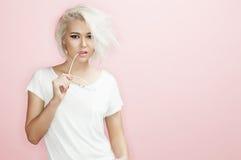Porträtmodell mit Sonnenbrille ein rosa Hintergrund Lizenzfreie Stockbilder