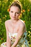 Porträtmohnblumenfeld der jungen Frau Stockbilder