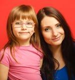 Porträtmutter und nette Tochter lizenzfreie stockfotografie