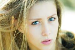 Porträtnahaufnahme des hübschen Mädchens Stockfotos
