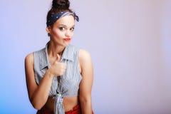 Porträtpin-up-girl, das Daumen oben auf Veilchen zeigt. Erfolgszeichen. Stockfoto