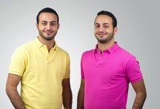 Porträts der eineiigen Zwillinge geschossen gegen weißen Hintergrund Lizenzfreies Stockfoto