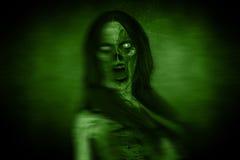 Porträts der furchtsamen verärgerten Geist-Frau in der Dunkelheit lizenzfreie abbildung