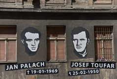 Porträts und Geburtsdaten und Tod von Jan Palach und von Josef Toufar auf Legerova-Straße in Prag, Tschechische Republik lizenzfreie stockfotografie