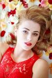Porträtschönheits-Modefrau im Blumenblumenblattbadekurort stockfotos