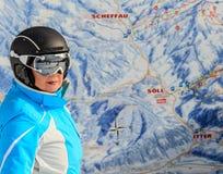 Porträtskifahrer der Plan der Bahn das Skiort im Hintergrund Stockfoto