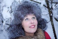 Porträtspaßmädchen-Winterwald Lizenzfreies Stockfoto
