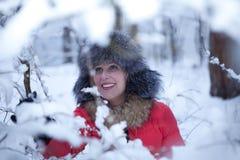 Porträtspaßmädchen-Winterwald Lizenzfreies Stockbild