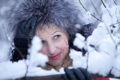 Porträtspaßmädchen-Winterwald Stockfotografie