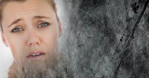 Porträttering av den frustrerade kvinna- och grå färggrungeövergången Fotografering för Bildbyråer