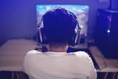 Portr?t asiatischen Junge Gamer, der zu Hause Spiele auf Computer im Raum spielt stockbild