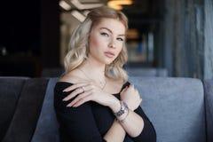 Portr?t, das junge Frau mit freundlichem L?cheln, langes L?cheln des blonden Haares bezaubert lizenzfreies stockfoto