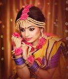 Portr?t der attraktiven indischen hindischen Braut stockfotos