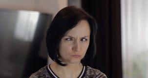 Portr?t der h?bschen kaukasischen jungen brunette Frau, die Gesichter l?chelt und macht lizenzfreies stockbild