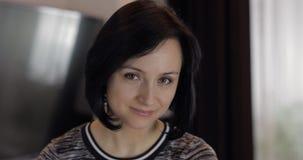 Portr?t der h?bschen kaukasischen jungen brunette Frau, die zu Hause l?chelt lizenzfreie stockfotografie