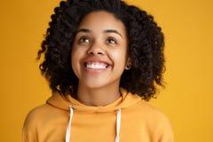 Portr?t der jungen Frau des attraktiven Afroamerikaners mit sch?nem L?cheln gekleidet in der zuf?lligen Kleidung ?ber Gelb lizenzfreie stockbilder
