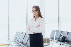 Portr?t der l?chelnden attraktiven Gesch?ftsfrau in der Flughafenhalle Kopieren Sie Platz stockfoto